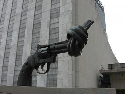 20111021090408-pistola-anudada-naciones-unidas.jpg