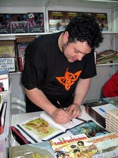 Pintu firma su libro en Expocomic
