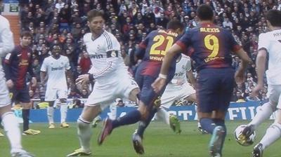 No es penalty, Adriano se tira antes del contacto